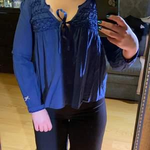 Riktigt söt men ändå stilig odd Molly blus i marinblå! Som ni ser har jag fått lite för kralliga biceps för att passa i blusen så säljer den nu, i riktigt bra skick till ett bra pris!