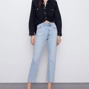 Säljer mina helt oanvända byxor från zara , fortfarande prislappen kvar. Jeansen är höga i midjan. Storlek : 36 pris  300kr. Köparen står för frakten :)
