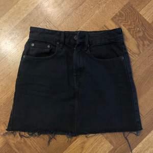 Svart jeanskjol från Zara strl XS, köparen står för frakt
