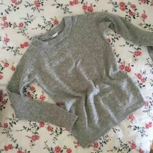 Stickad mjuk tröja från CUBUS i strl XS men passar även S då den är väldigt stretchig. Säljer pga för mycket kläder. Frakt tillkommer