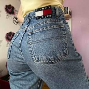 Säljer Tommy Hilfiger jeans då de är för stora. Inköpta på Beyond Retro. Står ingen storlek men gissar på 28-29 i midjan. Använt skick, små slitningar vid inre låren. Tillräckligt långa för mig som är 175. Kan fraktas (60kr) eller mötas i Stockholm.