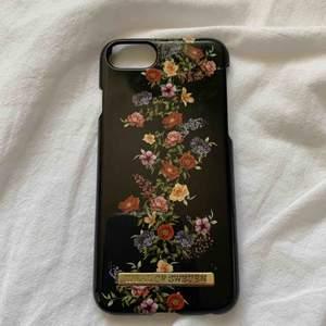 ideal of sweden skal (dark floral) med några repor, annars bra skick, därav priset. säljs då jag har ny telefon, passar iphone 6, 6s, 7, 8. frakt tillkommer💗