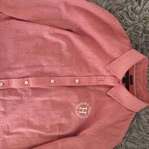 Tommy Hillfiger skjorta, använd cirka 1-2 gånger men det var helt enkelt inte min stil! Jätte skön och sitter fint på kroppen. Pris kan diskuteras. Originalpris: runt 1000kr
