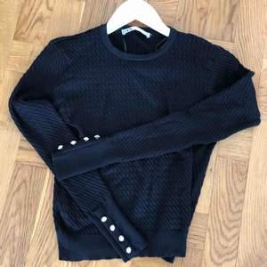 Superfin svart tröja nyinköpt från Zara. Fina detaljer nertill ärmarna. Säljes pga fel storlek. Skulle mer säga att den är som S. Oanvänd! Ev frakt 39 kr🌸