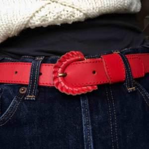 SÅÅÅ fint rött skärp!!!! Innersta hålet 68 yttersta 85cm! Möts eller fraktar