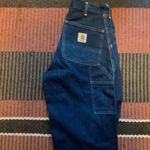 carhartt byxor, väldigt stora i benen men insydda i midjan. måtten är Midja 80 cm  Längd 112 cm Stussvidd 100 cm Frakt tillkommer