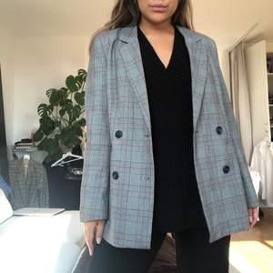 Intressekoll på min Kavaj från Anine Bing x Gina Tricot. Superfin och fått massa komplimanger när jag burit den. Dock gillar jag den mer oversize modellen och tycker denna sitter lite tightare än vad jag är van vid. Den är vadderingskuddar på axlarna och fina röda detaljer!! ❤️