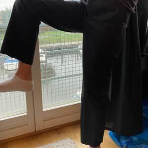 Svarta kostymbyxor från Dickies, knappt använda men lite avklippta längst ner.