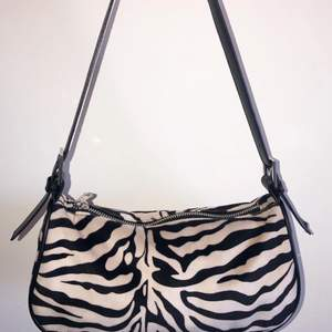 En väldigt fin handväska från ginatricot som är i nyskick. Nypris: 299kr