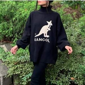 SLUTSÅLD tröja fr KangolxHM i strl XL! Sitter löst som på bilden på dig som är över 170 cm. Aldrig använd, läpparna kvar :) köparen står för frakt :)