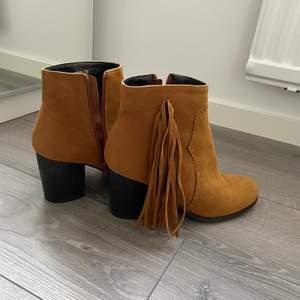 Oanvända skor i storlek 39. 120kr.
