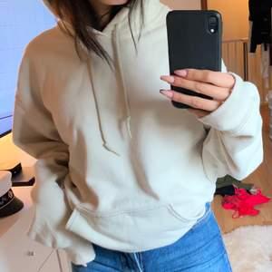 En beige hoodie från PrettyLittleThing i storlek S, jag har vanligtvis xs så den är lite oversized på mig vilket blir jättemysigt o snyggt.