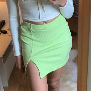 Jättefin limegrön ribbad kjol med slits från shein. Färgen är jättefin. Storlek xs skulle nog inte passa större.