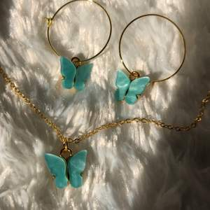 Nya blåa fjärilssmycken som jag gör själv! Ringarna på örhängerna är nickelfria! Pris Örhängen:69 kr och halsband:69 kr eller köp ett det för 99! Jag bjuder på frakten! Skriv vid frågor eller intresse💞💞💞