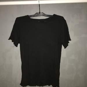 En t shirt från lager 157 i storlek xs, bara använd 1 gång så i ett bra skick. Buda från 50 + frakt men jag kan mötas upp inne i stan❤️❤️