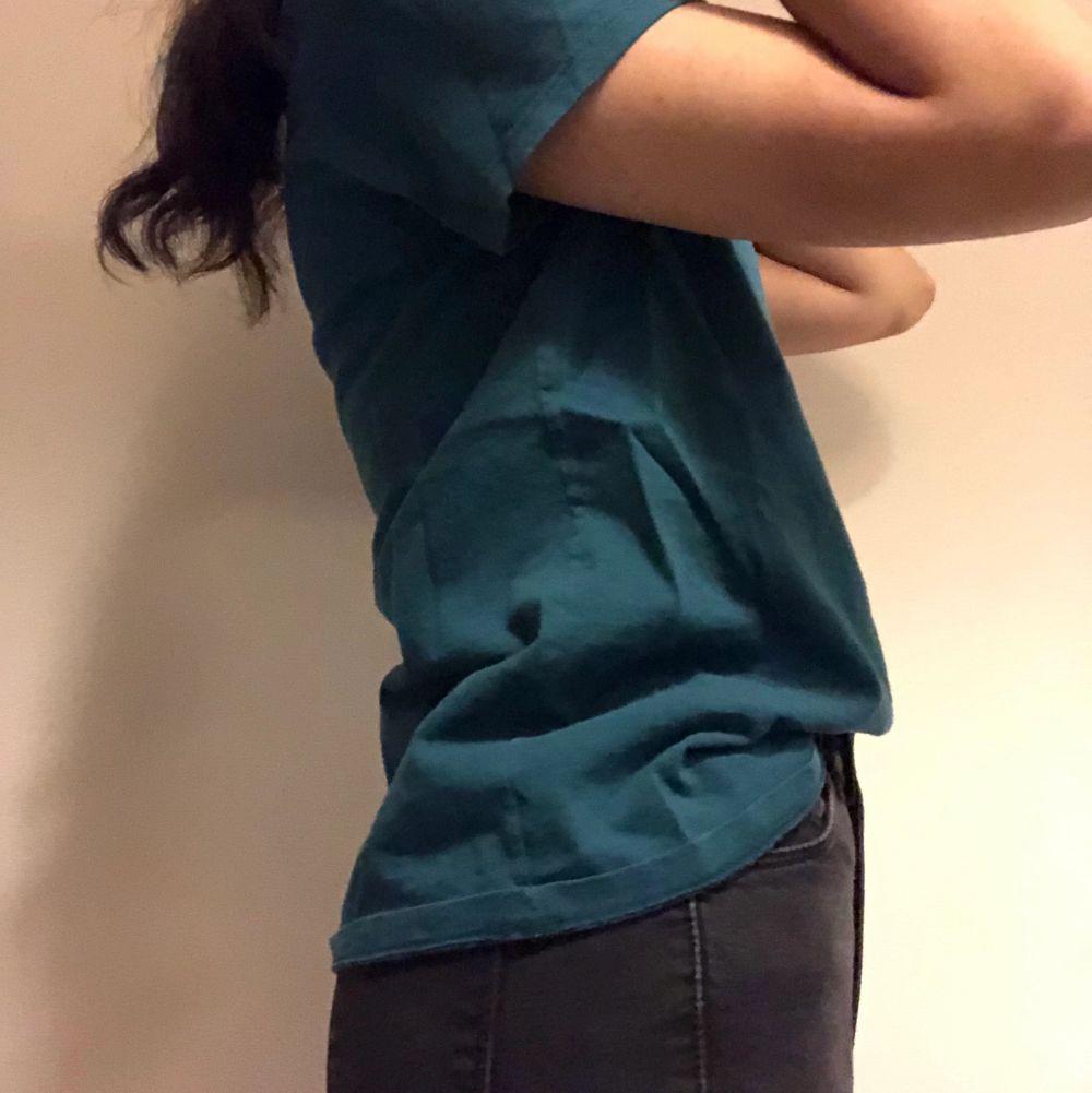 Fin mörkgrön T-shirt med tryck på framsidan. Har bara använt en gång. Om du beställer fler kläder från mig behöver du inte betala frakt separat för alla produkter❗️❗️. T-shirts.