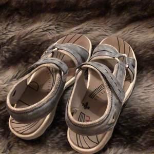 Ett par jättefina rieker sandaler. Endast testade någon gång men i väldigt fint skick. Buda gärna. Köpare står för frakt. Orginalpris 400