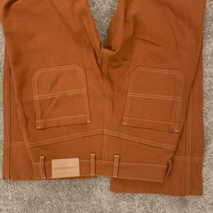 Sjukt snygga raka byxor Från Carin Wester, storlek 34. Mer brunare i färgen än vad som framgår på bild 1 och 2. Frakt ingår ej, buda!