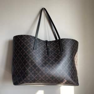 Tänkte göra en intressekoll på min Marlene Birger väska! Mått: 48 x 28 x 12.5cm. Väskan är i superfint skick! Hör gärna av er om ni skulle vara intresserade!                                                                      Nypris: 2299 kr. Högsta bud just nu: 900 kr!
