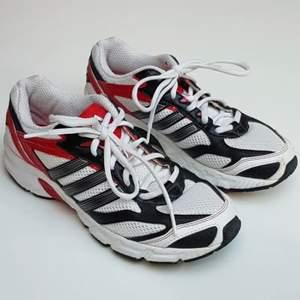 Retro vintage adidas skor i väldigt bra skick! Ser ut som nya! Lägger upp denna annons igen och sänker nu priset lite.💕