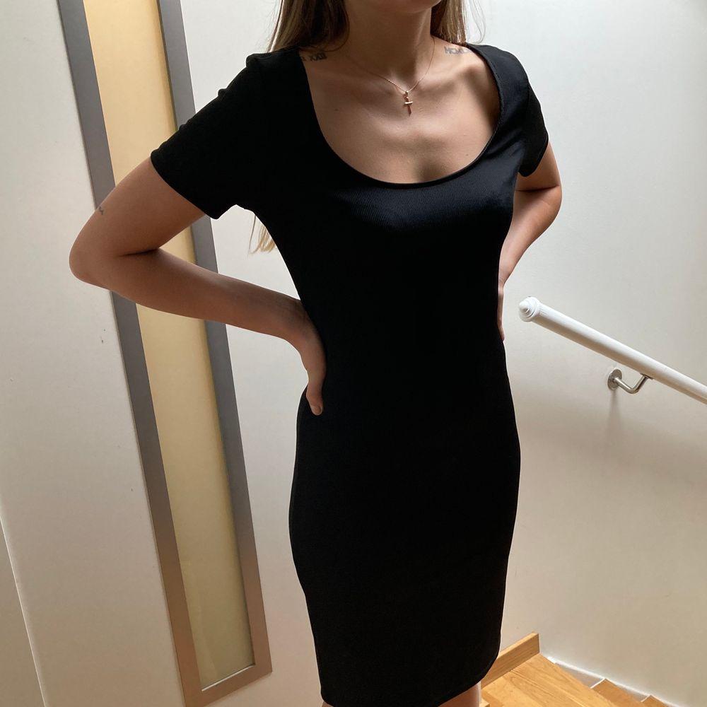 Superskön svart midiklänning i strl M. 🌸 . Klänningar.