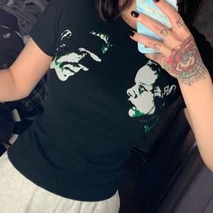 """Tshirt med Frankenstein och hans brud 👰🏻 Udda tshirt, skön på och det är samma tryck som på baksidan som på framsidan  fast större med texten """"TRUE LOVE"""" 🥰 storlek XS använd en gång för länge sedan! 💖"""