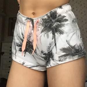 Söta shorts med palmer som jag köpt på stadium, kan användas som pyjamashorts eller vanliga shorts. De är i storlek 140 (jag skulle säga xxs-xs) 💛 40kr + frakt