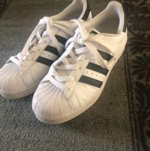 Vita adidas superstar skor, finns slitning innanför skon men man ser knappt. Annars är de i bra och fint skick. Köpta för 849kr säljer de för 300kr + frakt. Storlek 38, 2/3.