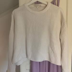 Säljer denna vita stickade tröja från monki i strl XS pga kommer aldrig till användning längre! ✨