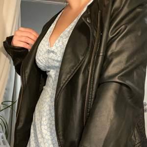 """Säljer nu denna """"vintage"""" jackan som även är lite oversized på mig eftersom jag själv brukar ha strl S <3 säljs pga att jag har köpt en ny🖤 350kr + frakt!"""