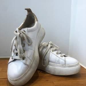 Skor med hög platå från stradivarius, använda ganska mycket men ändå i fint skick! Frakt tillkommer, kan annars mötas i Göteborg🌸