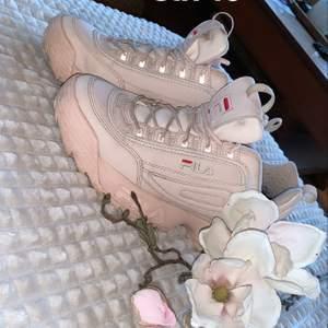 Säljer mina fina babyrosa fila skor då dom inte används. Dom är i jätte fint skick och är inte använda mycket.