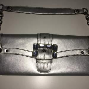 Kathy van Zeeland silver handväska i toppskick.mått: 28cm x 12cm .har många praktiska fack både med och utan dragkedja.