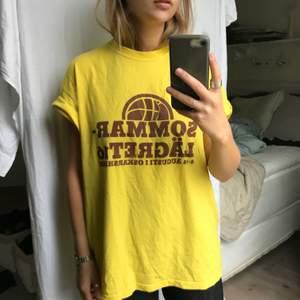 Så snygg T-shirt som jag köpte second han men verkar från början komma från något slags läger..? Cool detalj! Lite längre och en killmodell egentligen men sitter prima på vem som helst!