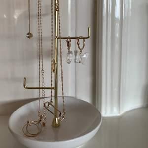 Säljer nu dessa smycken (!!) köp antigen alla 6 för 200kr (två halsband, 4 - pack ringar, 2 örhängen och ett armband) eller köp ett specifikt smycke så kan vi diskutera pris. Smyckena är näst in till oavnvända utan max använd 2/3 gånger och är i topp skick. 😇