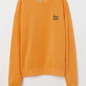 """En gul sweatshirt från H&M med broderat """"lovers unite"""". Använd och är lite nopprig men det syns inte så mycket. Frakt står köparen för"""