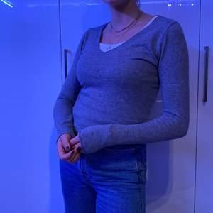 Grå långärmad tröja i supermjukt material. passar så fint till hösten och kan stylas på olika sätt. priset är ink frakt💖