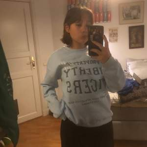 Super härlig ljusblå sweatshirt! Mycket lite använd så i toppskick! Super mjuk inuti! Sitter bra på mig som är en M, men om man vill ha lite mer oversized rekommenderar jag att den som köper är en XS/S😌