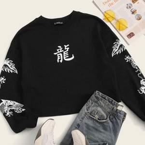 INTRESSEKOLL! En svart tröja med vita drakar på ärmarna från Shein. Den är aldrig använd, bara testad. Känner att den inte kommer till användning så tänkte se om någon var i intresserad.