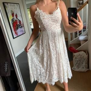 Super snygg vit klänning från H&M i limited edition! Köpte den för 800kr. Mycket bra skick. Frakt tillkommer