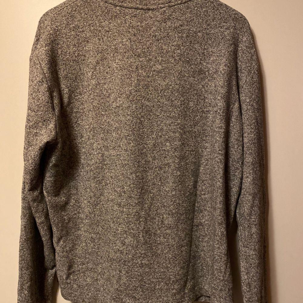En grå och varmare tröja. Säljes för 50kr, frakt tillkommer. 💕✨. Tröjor & Koftor.