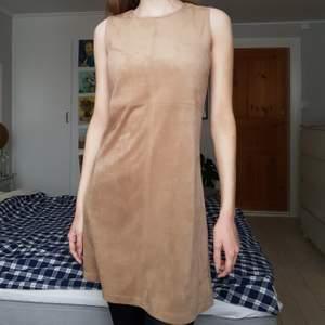 En jätteskön klänning i mockaimitation köpt secondhand, ursprungligen från Indiska. Aldrig använd av mig och i fint skick!