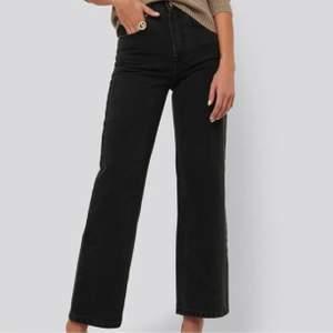 AFJ x NAKD jeans, helt oanvända i storlek 36 men passar 38 också. Köpta för 500 kr💕 (om fler är intresserade buda från 200 annars köp direkt för 300 exklusive frakt)💕