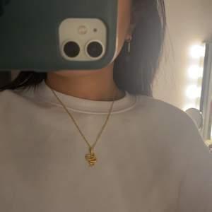 Orm halsband i rostfri stål tror jag. Frakt tillkommer på 12kr