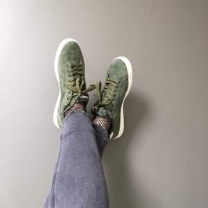 Gröna sneakers från Diadora i mockamaterial! Små i storlek! ❤️ köparen står för frakt!