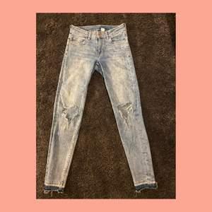 Ljusblåa jeans med hål i knäna. Från H&M i storlek 34. Använda i gott skick. Pris: 40kr +frakt🚚
