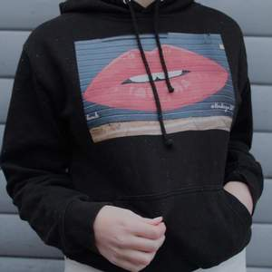 Säljer nu denna super fina hoodie från the Cool Elephant! Tröjan är använd ett fåtal gånger så den är i mycket bra skick. Nypris:600kr! Köparen står för frakt💞💞 (OBS dom vita prickarna på tröjan är snö från fotograferingen)