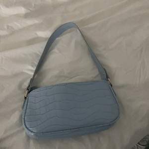 En ljusblå handväska i helt nytt skick. Buda i komentarerna💕