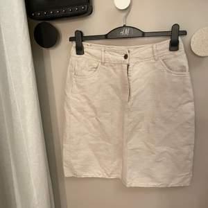 Linne-kjol köpt second hand. Jättefin att ha som den är eller klippa av och gör den kortare. Aldrig använd