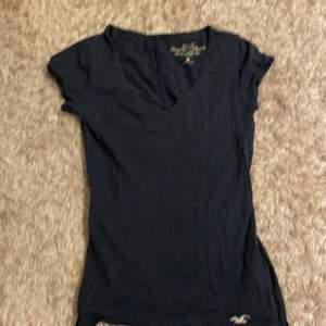 Det här är en v ringad tröja , som är luftig och jätte skön. Den är perfekt en sommar dag eller under en tjock tröja! Den kostar 20kr + frakt 📦 tvättas såklart innan den fraktas!